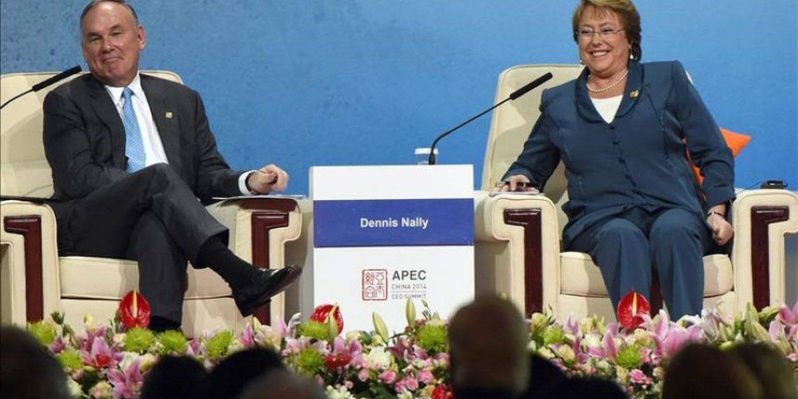 La presidenta de Chile, Michelle Bachelet (dcha) junto a Dennis Nally (izda), de Pricewaterhouse-Coopers International, en la cumbre de la APEC. EFE