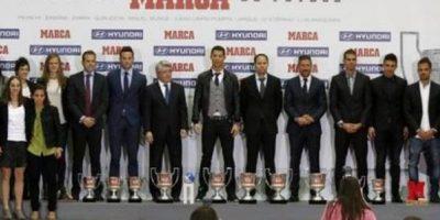 Ronaldo con los ganadores de la noche. Foto:twitter.com/marca