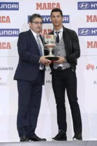 Así le entregaban sus premios. Foto:twitter.com/RMCFSports
