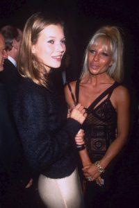 Con Kate Moss en 1993. Foto:Vogue