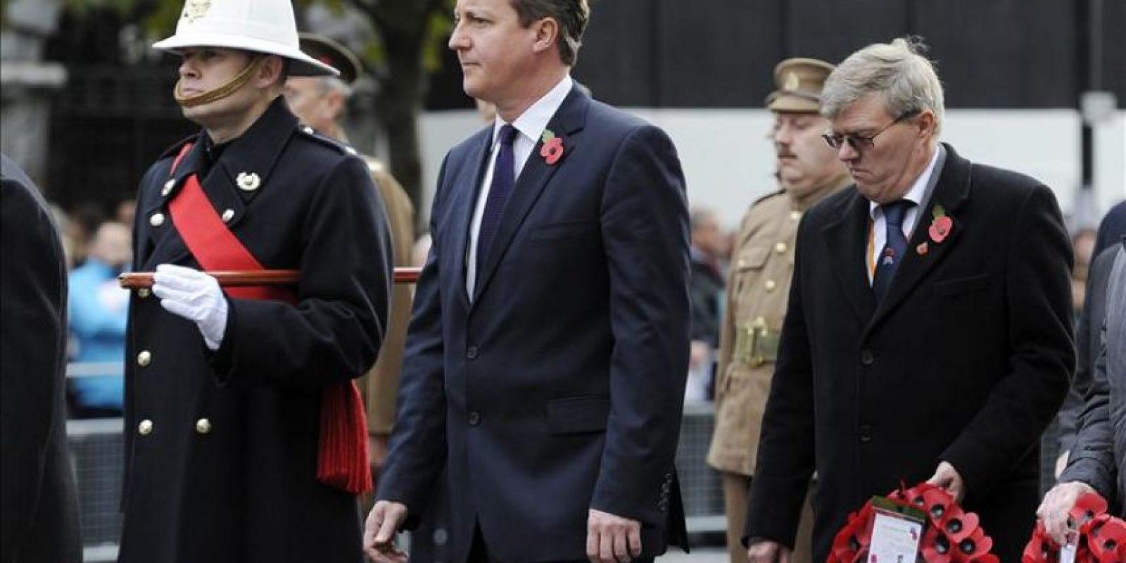 El primer ministro británico, David Cameron (3I), asiste a una de las ceremonias celebradas con motivo del Día del Armisticio en Londres (Reino Unido). EFE