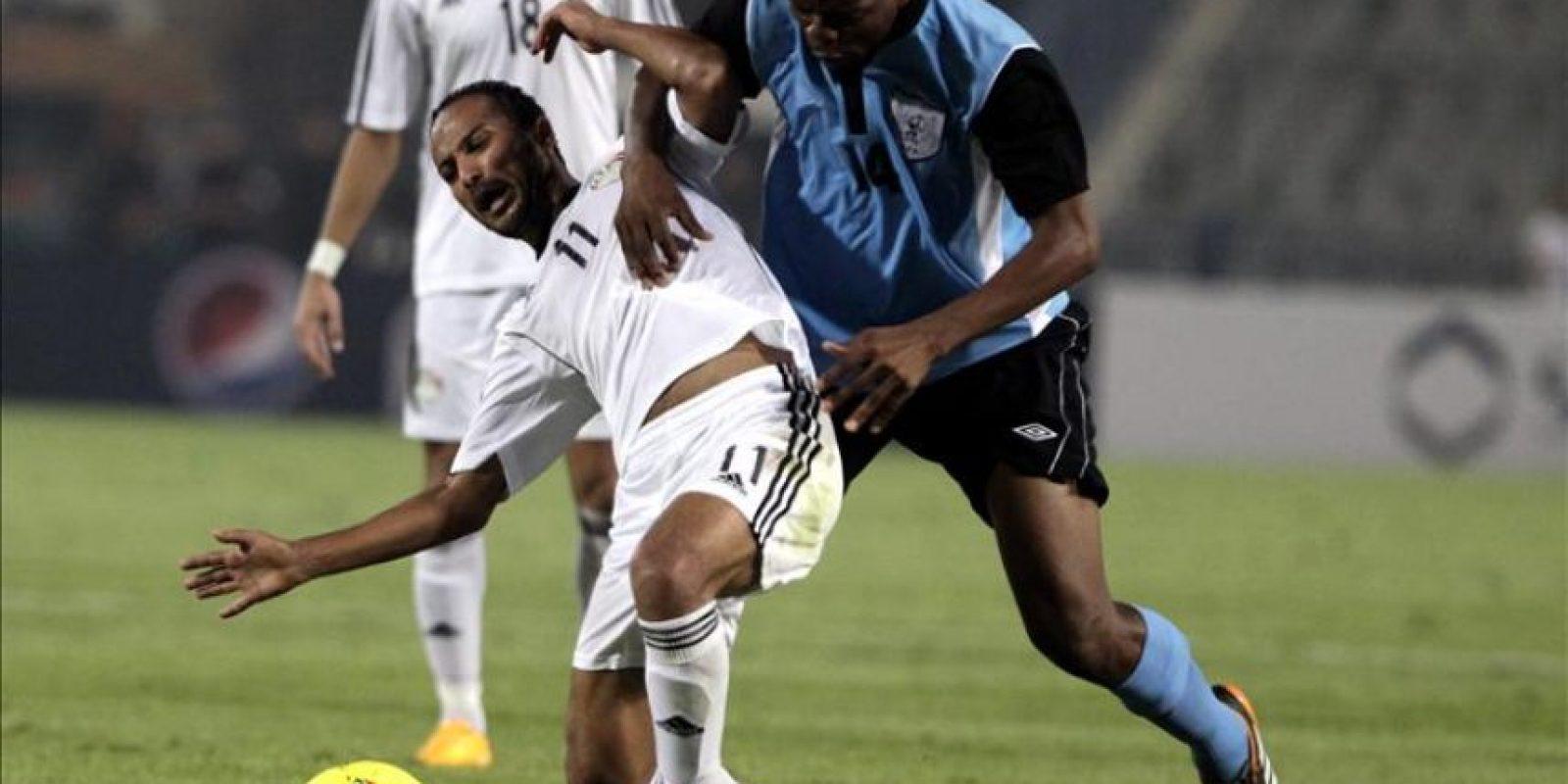 El jugador de Egipto Walid Suliman (i) disputa el balón Mokigatthi (d) Botswana el pasado 15 de octubre, durante un partido clasificatorio para la Copa Africana de Naciones celebrado en el estadio de El Cairo (Egipto). EFE/Archivo