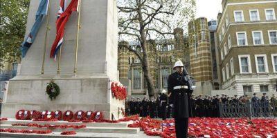 Un militar hace guardia durante la ceremonia en conmemoración del 96º aniversario del Día del Armisticio del fin de la I Guerra Mundial en el cenotafio en el Whitehall, de Londres, Reino Unido, el 11 de noviembre de 2014. EFE