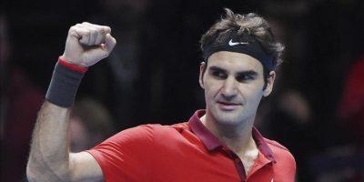 El tenista suizo Roger Federer celebra su victoria ante el japonés Kei Nishikori, tras el partido del Masters de Londres que ambos disputaron en el O2 Arena de Londres, Reino Unido, hoy, martes 11 de noviembre de 2014. EFE