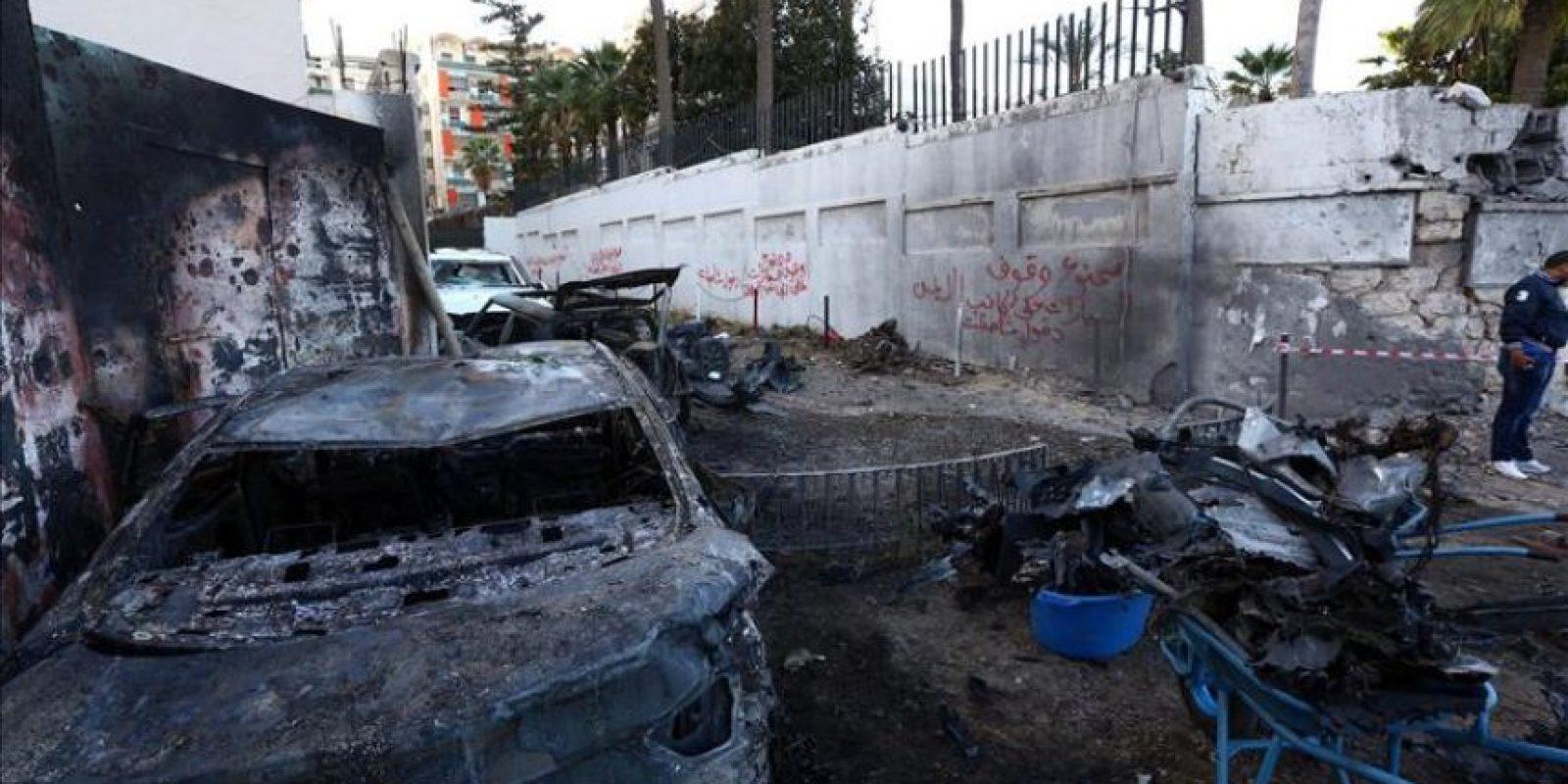 Vista de varios vehículos dañados tras la explosión de dos coches cerca de la Embajada de Egipto en Trípoli (Libia). EFE