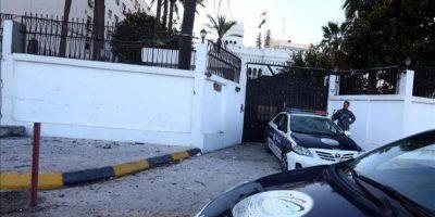 Personal de seguridad vigilan a las puertas de la Embajada de Egipto tras la explosión de dos coches cerca de la sede diplomática en Trípoli (Libia). EFE