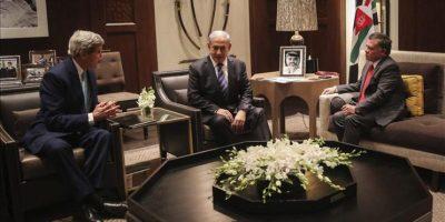 Imagen cedida por la Casa Real jordana del rey de Jordania, Abdalá II (dcha) durante la reunión mantenida con el secretario de Estado de EEUU, John Kerry (izda), y el primer ministro israelí Benjamin Netanyahu, en Ammán, Jordania, el 13 de noviembre del 2014. EFE