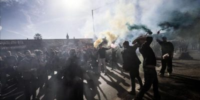Varios manisfestantes lanzan huevos y dispositivos pirotécnicos durante una protesta ante el Ministerio de Economía en Roma, Italia, hoy.