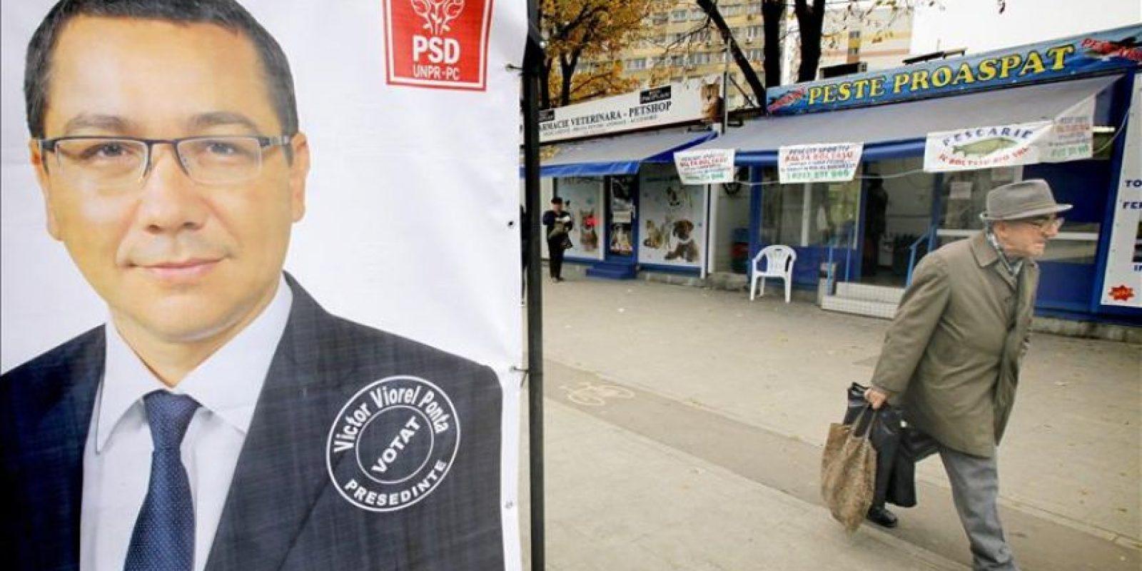 Vista de un cartel electoral del Primer Ministro rumano y candidato a la relección Victor Ponta en la localidad de Floroaica, Rumanía. EFE
