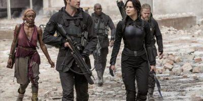 """Fotografía cedida por la productora estadounidense Lionsgate de Liam Hemsworth y Jennifer Lawrence, en una escena de """"The Hunger Games: Mockingjay – Part 1"""". EFE"""
