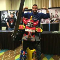 Hoy en día, el actor se dedica a vender mercancía del Power Ranger rojo y asiste a convenciones para convivir con los fans. Foto:Facebook