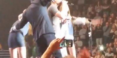 Fanática vomitó en el escenario mientras cantaba con Dierks Betley Foto:YouTube