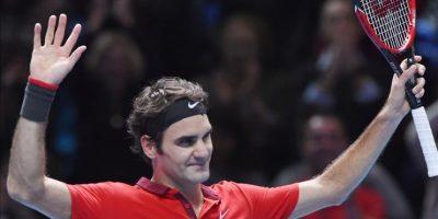 El suizo Roger Federer reacciona tras su victoria en tres sets sobre su compatriota Stanislas Wawrinka en la semifinal ATP World Tour en Londres, Gran Bretaña. EFE