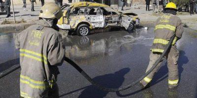 Bomberos limpian la zona en la que se ha producido hoy el atentado. EFE