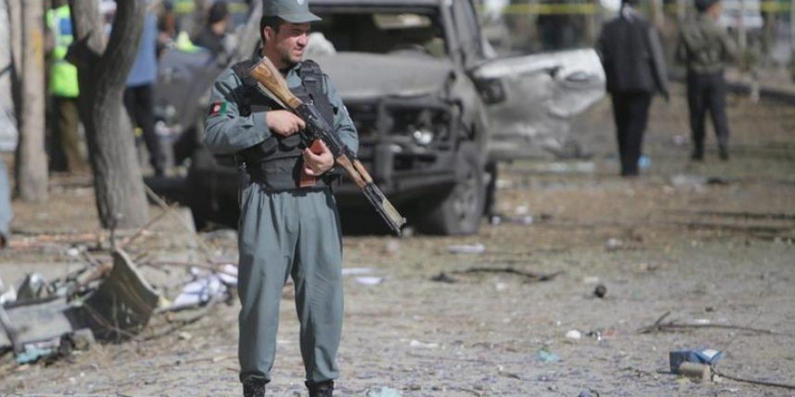 Oficiales de seguridad afganos inspeccionan el lugar donde se ha producido hoy el atentado. EFE