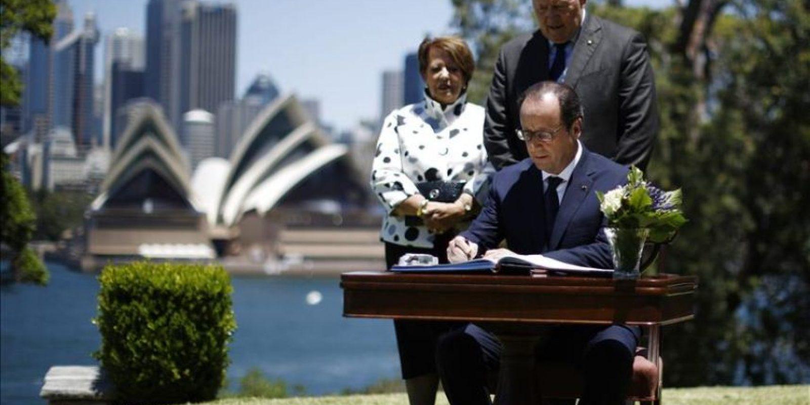 El presidente francés, Francois Hollande (c), firma el libro de visitas del Sydney Opera House junto al gobernador general australiano, Peter Cosgrove, y su esposa, Lynne Cosgrove, en Sídney (Australia) hoy, martes 18 de noviembre de 2014. Hollande se encuentra en el país tras atender la cita de la cumbre de líderes del G20 en Brisbane. EFE