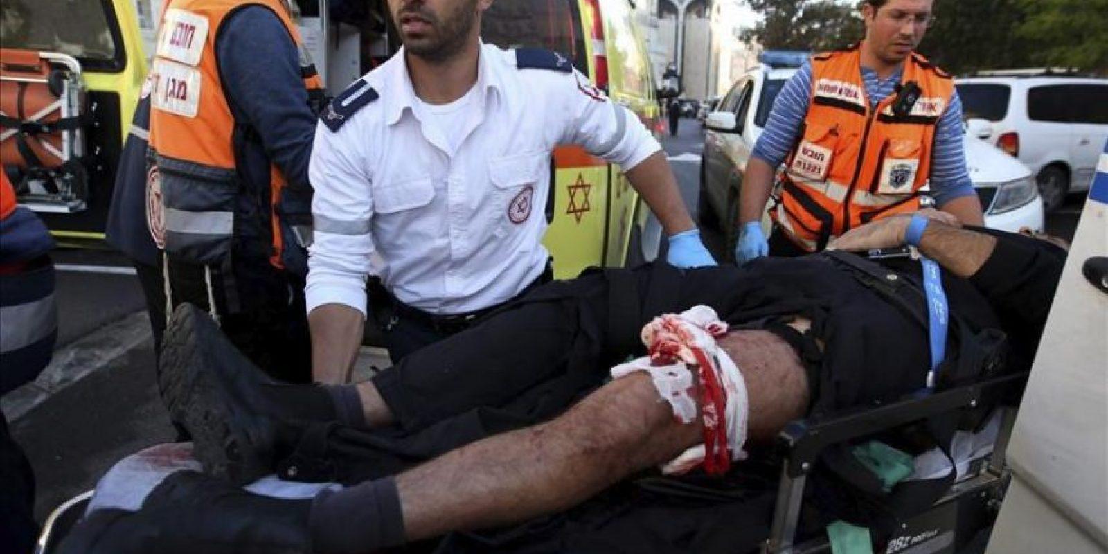Un israelí herido es evacuado en ambulancia tras ser víctima del ataque contra una sinagoga en Jerusalén (Israel) hoy. EFE