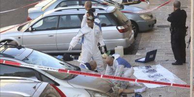 Un israelí herido es atendido por el personal sanitario tras ser víctima del ataque contra una sinagoga en Jerusalén (Israel) hoy. EFE