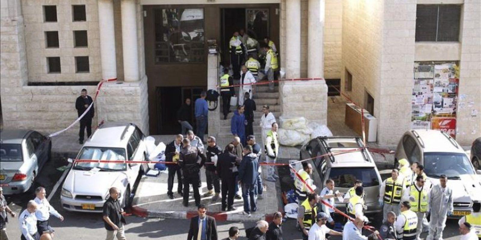 Personal del servicio de emergencias desplegado en la zona tras el ataque contra una sinagoga en Jerusalén (Israel) hoy. EFE