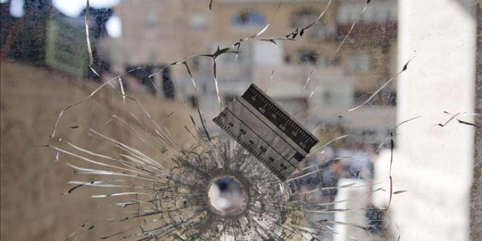Vista de un agujero de bala en el cristal de la sinagoga del barrio ortodoxo de Har Nof en Jerusalén donde se produjo este martes un tiroteo en una sinagoga y Yeshiva (escuela rabínica) de Jerusalén Oeste, en el ataque más sangriento registrado desde 2008 en la ciudad santa, testigo de una creciente tensión. EFE