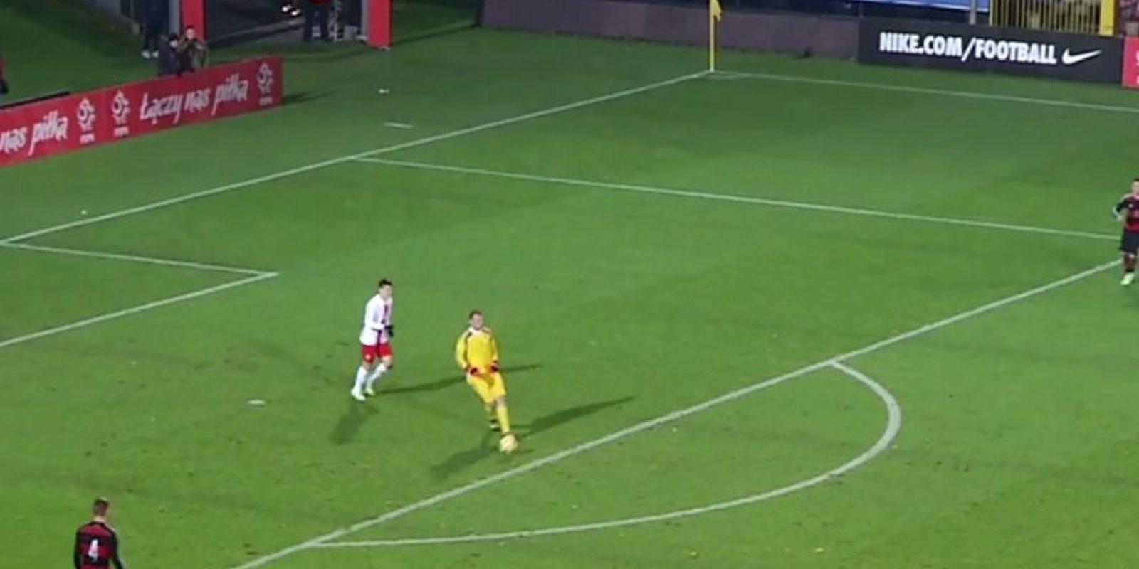 El portero de la Selección de Alemania Sub-20 le hizo un túnel a un delantero polaco adentro de su área grande Foto:Youtube: