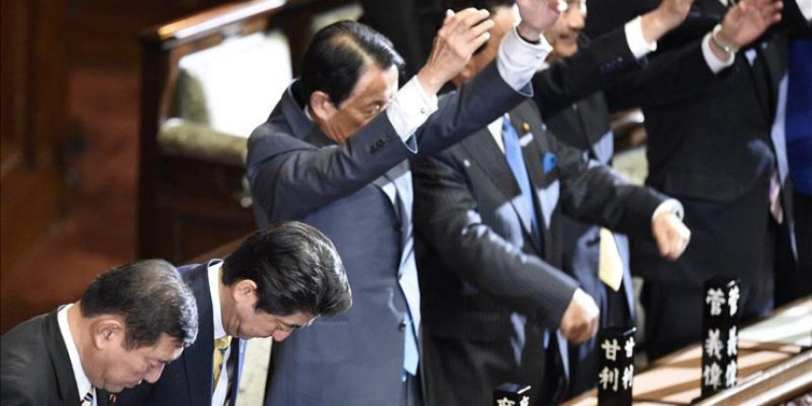El primer ministro nipón, Shinzo Abe (2ºizda), disuelve la Cámara de Representantes del Parlamento en Tokio (Japón) con el fin de celebrar elecciones anticipadas en diciembre. EFE