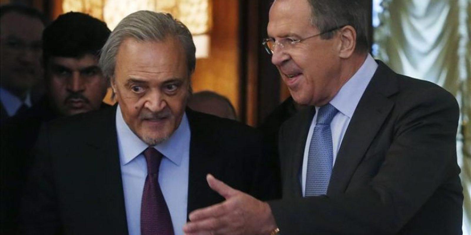 El ministro de Exteriores ruso, Serguéi Lavrov (dcha), recibe hoy a su homólogo saudí, Saud al Faisal, antes de una reunión en Moscú (Rusia). EFE