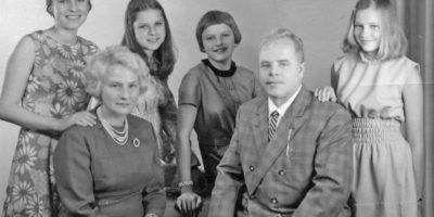 En esta imagen, Anneliese aparece a la izquierda, antes de ser considerada poseída Foto:IMDB
