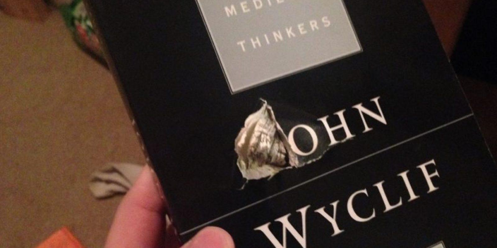 Esta es el libro que salvó la vida de Jason. Foto:Tomada de Facebook / Jason Derfuss