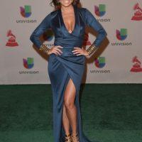 Pamela Silva, de satín oscuro y sandalias doradas Foto:Getty Images