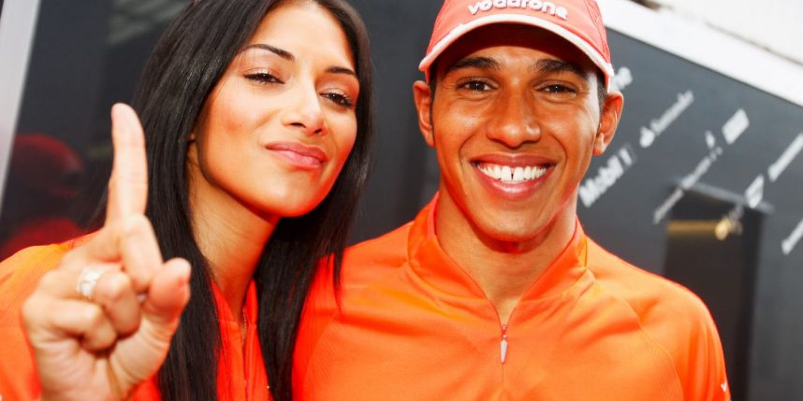 El 26 de julio de 2009 vuelve a triunfar en Hungría. Aquí celebra con su novia, Nicole Scherzinger Foto:Getty Images