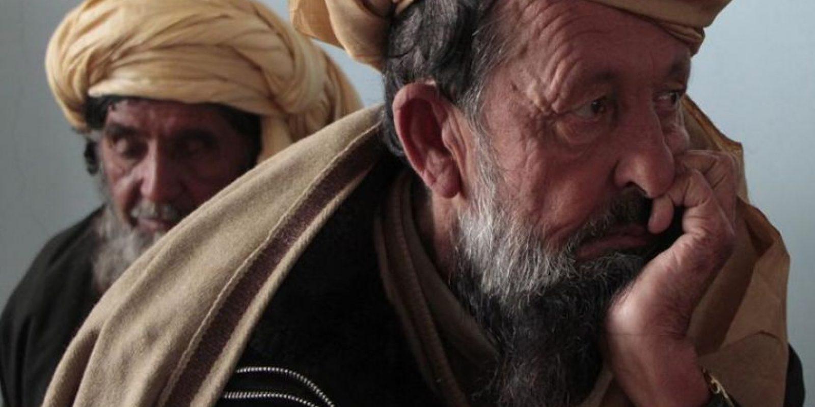Familiares de las víctimas del atentado suicida de ayer escuchan un discurso del jefe ejecutivo del gobierno afgano, Abdulá Abdulá, en Paktika, Afganistán. EFE