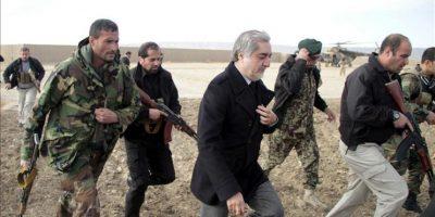 El jefe ejecutivo del gobierno afgano, Abdulá Abdulá (c), llega para reunirse con familiares de las víctimas del atentado suicida de ayer en Paktika, Afganistán. EFE