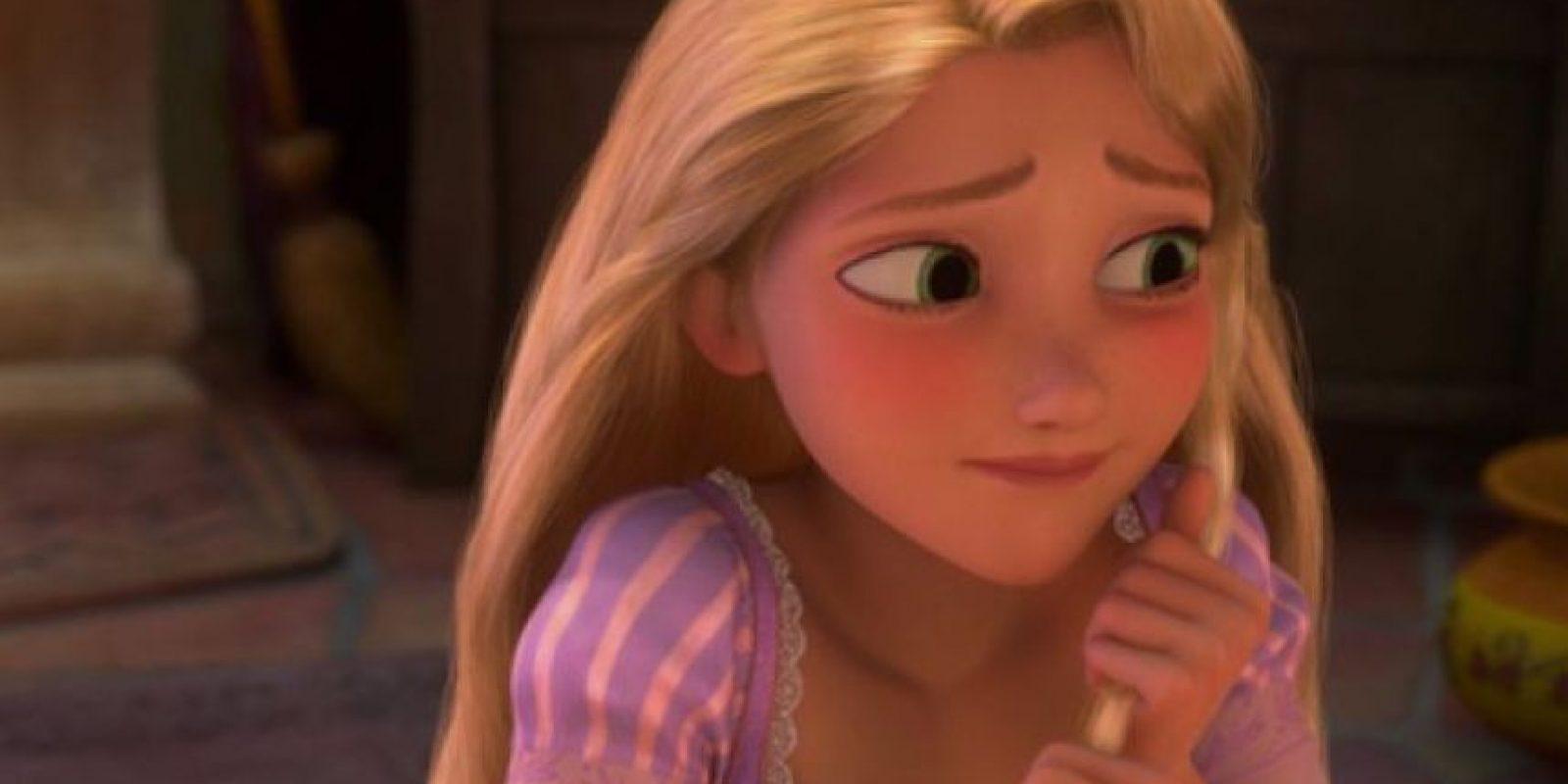 8. Rapunzel (Enredados). Esta chica tiene tanto tiempo en sus manos que se ha vuelto demasiado hábil para todo – arte, música, cocina, lo que digas. También parecería que ella lee como seis libros al día. Pero le falta enfrentarse con el mundo real. ¿Cómo vas a confundir una tiara con un brazalete? Foto: Buzzfeed