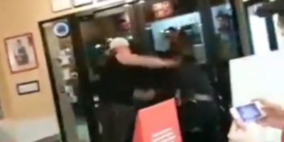 Golpeó a los oficiales que lo quisieron esposar. Foto:YouTube