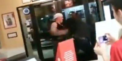 La reacción de este hombre al intentar ser arrestado. Recibió tres electrochoques. No lo pudieron botar. Foto:YouTube