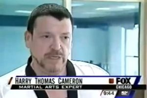 """Este hombre es Harry Thomas Cameron, conocido como """"The Human Stun Gun"""". Es capaz botar a las personas sin tocarlas. Vive en Chicago, Estados Unidos. Foto:YouTube"""