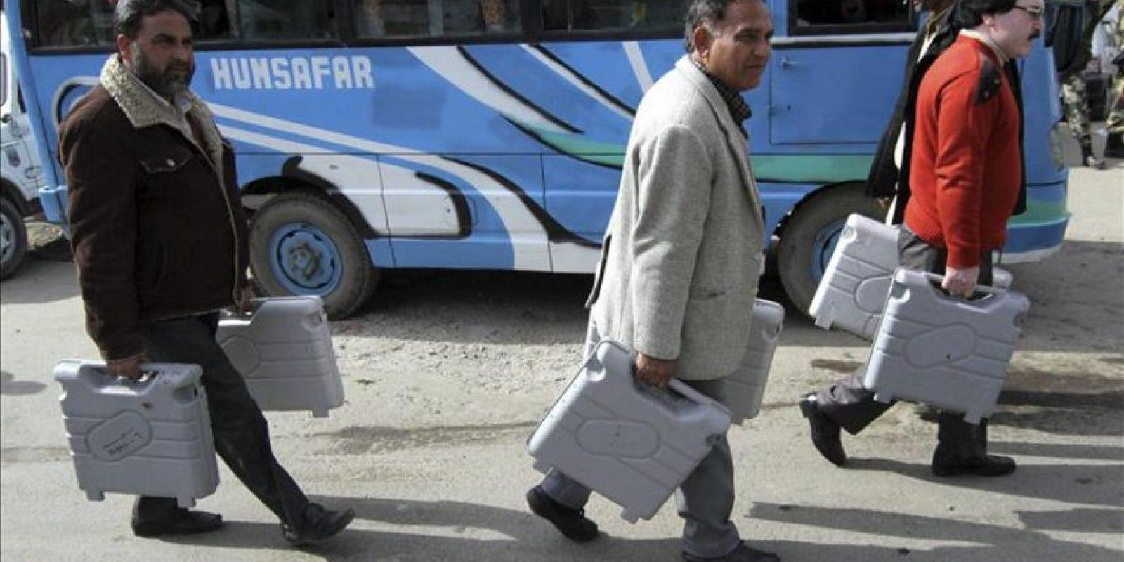 Oficiales electorales trasladan máquinas de voto electrónico en Jamu, capital de invierno de la Cachemira India. EFE/Archivo