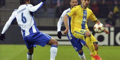 Los centrocampistas del Oporto Carlos Henrique Casemiro (i) y Yacine Brahimi (detrás) pelean por el balón contra el centrocampista del BATE Aleksandr Volodko (d) durante el partido de Liga de Campeones del Grupo H disputado en Borisov, Bielorrusia. EFE