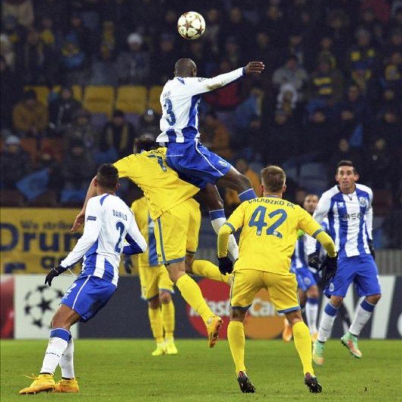 El defensa del Oporto Bruno Martins (arriba) pelea por el balón contra el centrocampista del BATE Aleksandr Karnitski (2i) durante el partido de Liga de Campeones del Grupo H disputado en Borisov, Bielorrusia. EFE