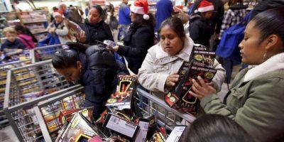 Estos madrugan y se apuestan desde tempranas horas frente a las tiendas para adquirir los artículos en oferta. Foto:Getty