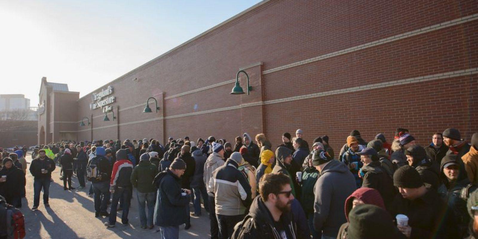 Este caso causó mucha controversia, ya que los compradores lo pisaron y continuaron su marcha hacia las compras. Foto:Getty