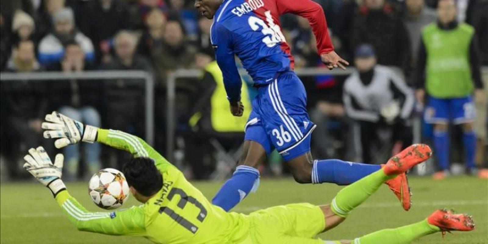 El guardameta costarricense del Real Madrid, Keylor Navas (i), intenta detener el balón golpeado por el jugador del Basilea, Breel Embolo, durante el partido del grupo B de la Liga de Campeones, que han disputado en el estadio St. Jakob-Park de Basilea, Suiza. EFE