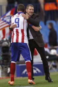 El delantero croata del Atlético de Madrid, Mario Mandzukic (i), se abraza con el entrenador argentino del equipo rojiblanco, Diego Pablo Simeone, al ser sustituido durante el encuentro correspondiente a la fase de grupos de la Liga de Campeones, que han disputado frente a Olympiacos en el estadio Vicente Calderón, en Madrid. EFE