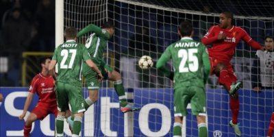 Georgi Terziev (c) del Ludogorets Razgrad anota ante el Liverpool durante un partido de la Liga de Campeones de la UEFA en el estadio Vassil Levski de Sofía (Bulgaria). EFE