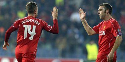 Rickie Lambert (i) y Jordan Henderson (d) del Liverpool celebran un gol ante el Ludogorets Razgrad durante un partido de la Liga de Campeones de la UEFA en el estadio Vassil Levski de Sofía (Bulgaria). EFE