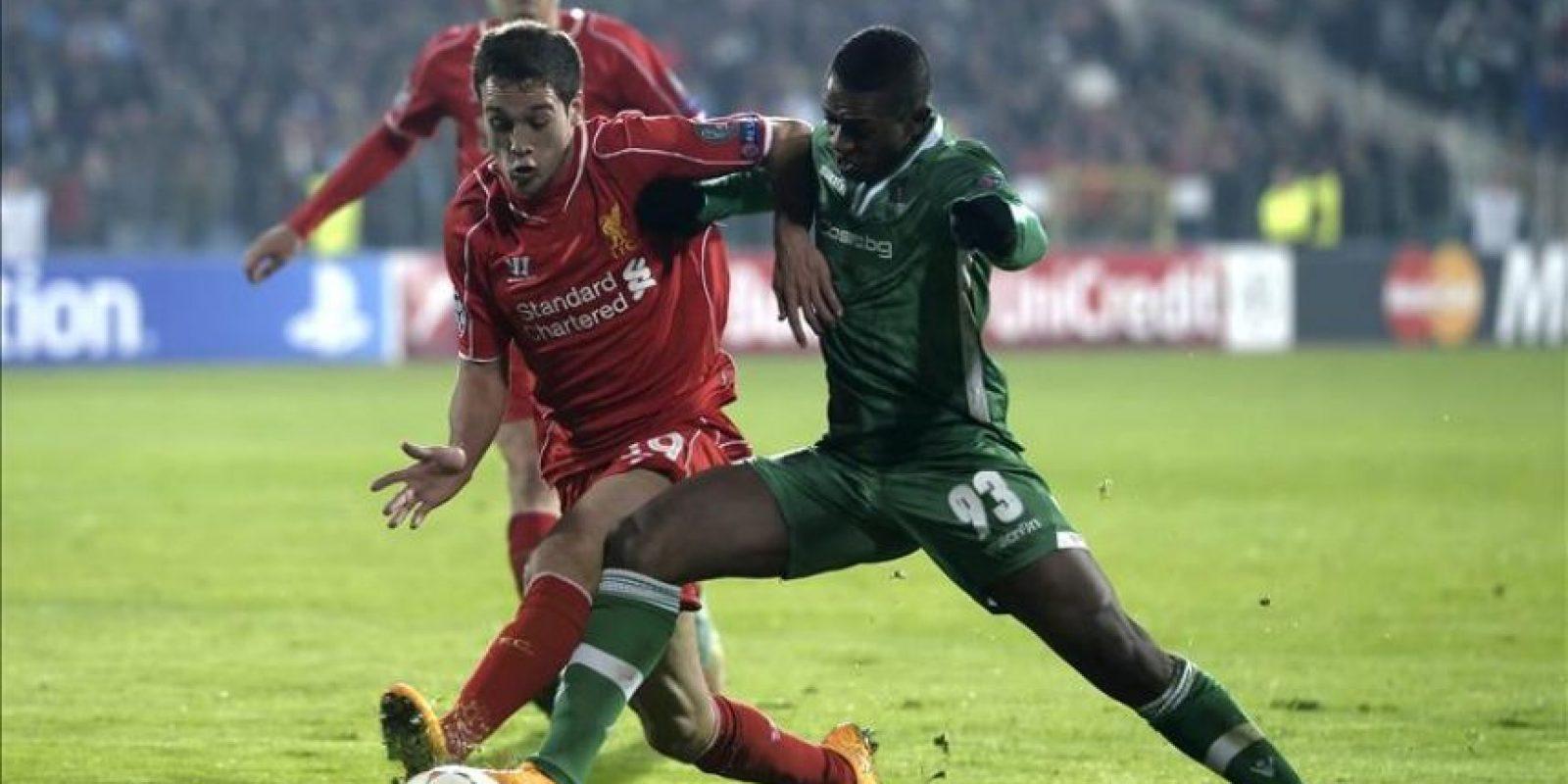 Virgil Misidjan (d) del Ludogorets Razgrad ante Javi Manquillo (i) del Liverpool durante un partido de la Liga de Campeones de la UEFA en el estadio Vassil Levski de Sofía (Bulgaria). EFE