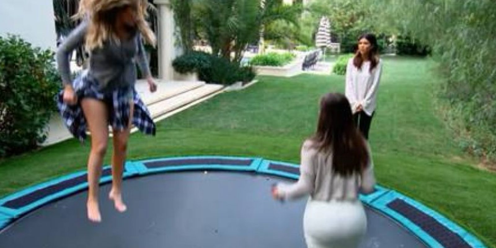 Las hermanas saltando Foto: Facebook/Keeping Up With The Kardashians on E!