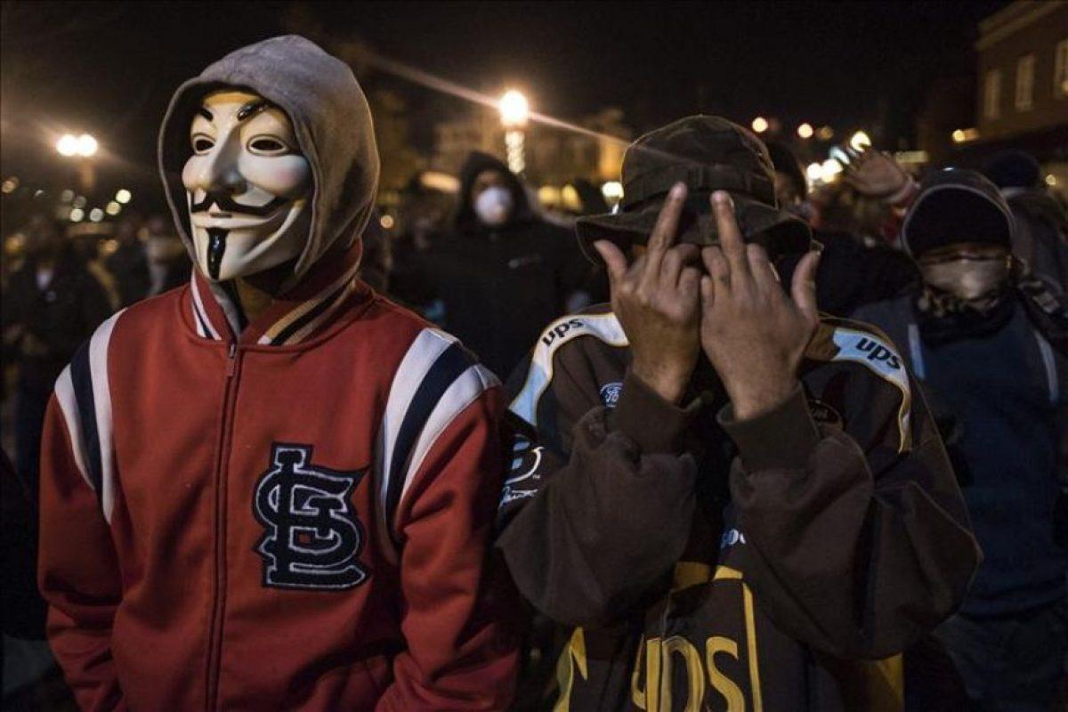 Manifestantes protestan durante una marcha anoche en Ferguson, Misuri durante los disturbios tras la decisión de un gran jurado de no procesar al policía Darren Wilson por matar a Michael Brown en esa ciudad. EFE