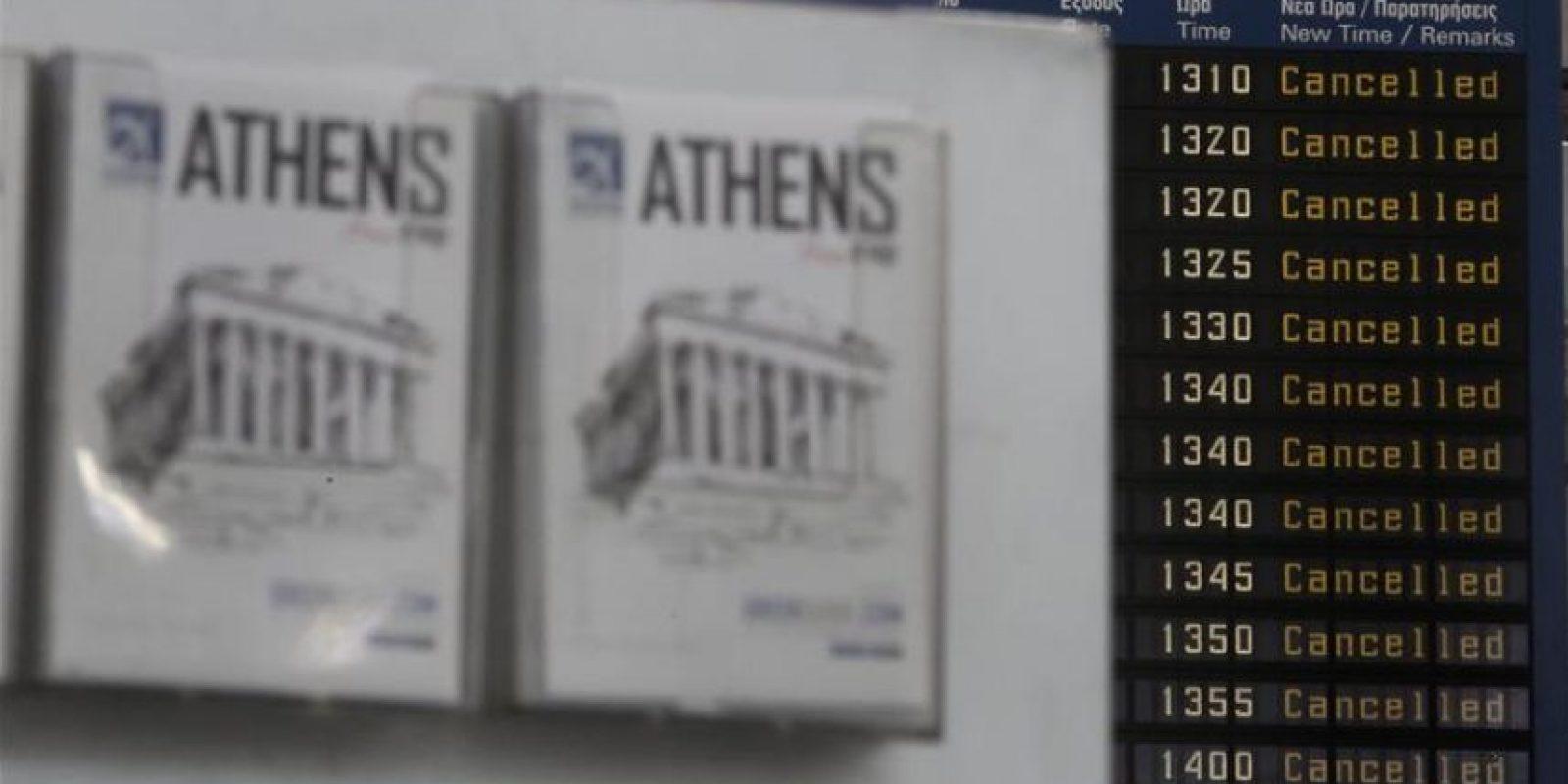 Un panel del aeropuerto Eleftherios Venizelos indica que todos los vuelos han sido cancelados en Atenas (Grecia), hoy, jueves 27 de noviembre de 2014. EFE
